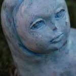 La piccola Blu, scultura in terracotta colorata a freddo