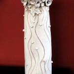 Vaso scultura con fiori a rilievo