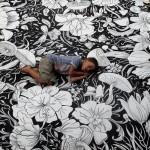 Piccolo bambino su grande quadro, great flowers painting