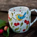 Tazza in ceramica decorata a mano, uccellino e ciliegie, mug with bird